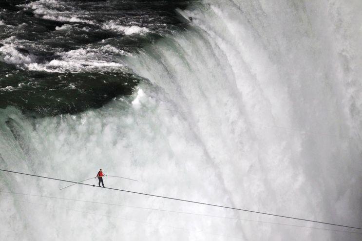 Tightrope-walker-Nik-Wallenda-walks-the-high-wire-from-the-U_S